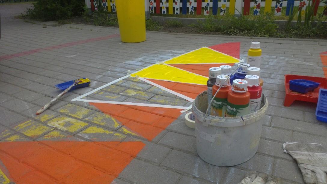 Einige Felder des Hüpfspieles mit Farbe und Pinsel.